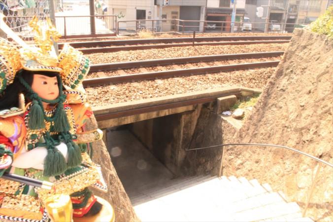これは珍しい線路下の通路